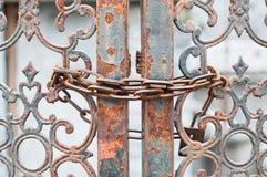 Rdzewiejący bramę blokującą z łańcuchem Zdjęcia Royalty Free