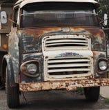 Rdzewiejący i wietrzejący stary ciężarówka przód Zdjęcia Royalty Free