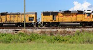 Rdzewiejący pociąg towarowy na torach szynowych fotografia stock