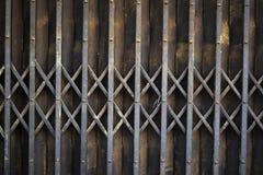 Rdzewiejący rocznik składa starego metalu bramy drzwiowego tło obraz royalty free