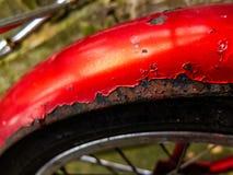 Rdzewiejący stalowego błotnika ona rocznika Brytyjski bicykl w wibrującym colour - zdjęcia royalty free