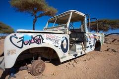 Rdzewiejący z drogowego pojazdu porzucającego w pustyni Maroko Fotografia Royalty Free