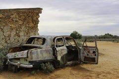Rdzewiejący stary samochód w odludziu Obrazy Stock