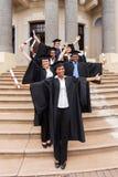 Reçoit un diplôme le bâtiment d'université photographie stock