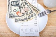 Reçu de calcul de pourboire de plat avec l'argent images stock
