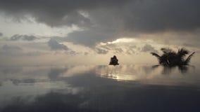 Reúna el agua de la puesta del sol de Asia, viaje, verano, lujo, hotel, natación, al aire libre, cielo, tropical almacen de metraje de vídeo