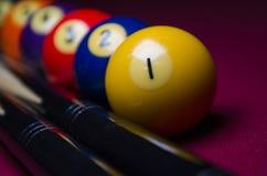 Reúna las bolas de billar en dramático de la tabla del fieltro del rojo sombreado Foto de archivo libre de regalías