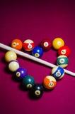 Reúna las bolas de billar en una forma del corazón en la tabla del fieltro del rojo Fotos de archivo libres de regalías