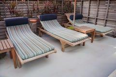 Reúna las sillas o las sillas de playa cerca de piscina Imágenes de archivo libres de regalías