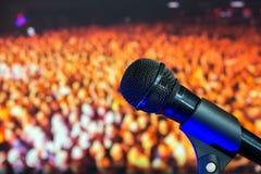 Reżyseruje mikrofon w tle tłum Obrazy Royalty Free