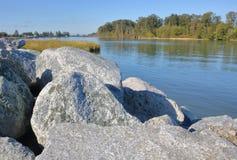 Re-принуждать речной берег и бечевник стоковое фото rf