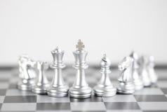 Re Blond ed il suo esercito sulla scacchiera Fotografia Stock Libera da Diritti