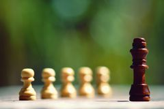 Re confronta con il nemico, pegno, concetto competitivo di affari, concetto del gioco di cheeseboard fotografia stock
