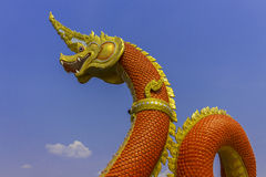 Re del serpente o re della statua del naga in tempio tailandese sul fondo del cielo blu Immagini Stock