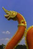 Re del serpente o re della statua del naga in tempio tailandese sul fondo del cielo blu Immagine Stock Libera da Diritti