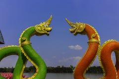 Re del serpente o re della statua del naga in tempio tailandese sul fondo del cielo blu Fotografie Stock Libere da Diritti