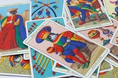 Re delle tazze, carta di tarocchi su fondo bianco Fotografia Stock