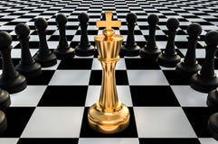 Re dorato circondato dai pegni neri - concetto della trappola di scacchi Fotografia Stock