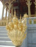 Re dorato della scultura del Naga al padiglione di Ruen Yod Barom Mungkalanusaranee sotto cielo blu luminoso Fotografie Stock Libere da Diritti