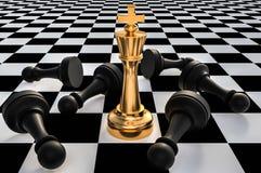 Re dorato e molti pegni caduti - concetto di direzione di scacchi Immagine Stock