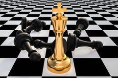 Re dorato e molti pegni caduti - concetto di direzione di scacchi Fotografia Stock