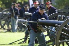 Re-Enactment 22 da guerra civil - carregamento de Canon foto de stock royalty free