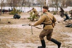 Re-enactor vestida como soldados de ejército rojo soviéticos rusos de la Segunda Guerra Mundial Imagenes de archivo