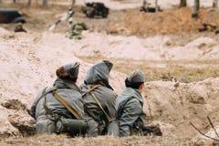 Re-enactors não identificado das mulheres vestido como forças armadas de Wehrmacht do alemão foto de stock