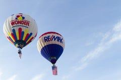Re/Max和Wonder面包热空气气球 免版税库存照片