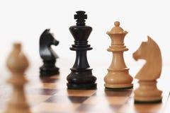 Re nero provocatorio della regina bianca del gioco di scacchi Fotografie Stock Libere da Diritti