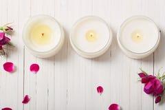 Róże z świeczkami na drewnianym tle Zdjęcie Royalty Free