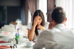 Reação forçada de grito da mulher ao evento negativo, segurando más notícias Quebrando acima o relacionamento longo Mulher emocio imagens de stock royalty free