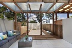 Área acogedora del patio del patio trasero con el sistema de mimbre de los muebles Fotos de archivo libres de regalías