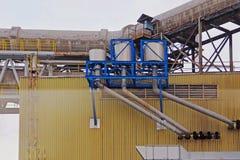 Área da produção da fábrica, tubulações e tanques, zona industrial Imagem de Stock Royalty Free