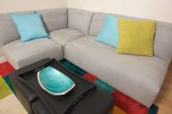 Área de canto do sofá cinzento da camurça Foto de Stock
