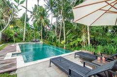 Área de piscina al aire libre del chalet de lujo de Bali Imágenes de archivo libres de regalías