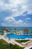 Área de piscina del centro turístico Fotos de archivo libres de regalías