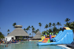 Área de piscina en ahora el hotel inclusivo de Larimar situado en la playa de Bavaro en Punta Cana, República Dominicana Foto de archivo