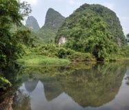 A ?rea em torno da cidade pequena Yangshuo na regi?o aut?noma de Guangxi Zhuang em China fotos de stock royalty free