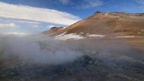 ?rea geot?rmica de Namafjall Hverir en Islandia Silueta del hombre de negocios Cowering almacen de metraje de vídeo