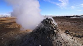 ?rea geot?rmica de Namafjall Hverir en Islandia Silueta del hombre de negocios Cowering metrajes