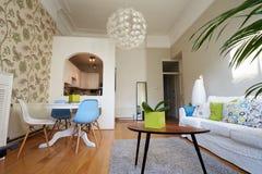 Área habitável de plano aberto no apartamento moderno Fotos de Stock