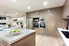 ?rea moderna de la cocina iluminada con las luces en la noche fotos de archivo libres de regalías