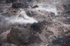 Área quemada con el humo blanco Imagen de archivo