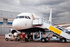 Reabastecendo o avião Fotos de Stock Royalty Free