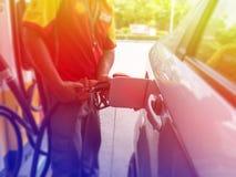 Reabastecimento do carro em um posto de gasolina Fotografia de Stock Royalty Free