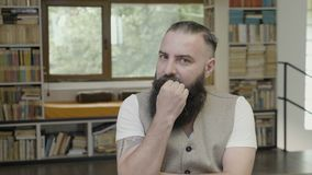 Reacción de un hombre moderno joven con la barba que piensa teniendo dudas y siendo sospechosa y asustada - metrajes