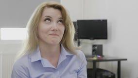 Reacción divertida del facepalm de la palma de la cara del gesto hecha por la mujer de negocios en la perplejidad de expresión to almacen de video