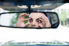 Reacciones soñolientas del conductor en Rearview imagen de archivo libre de regalías