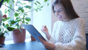 Reactie op Succes door Vrouw die Tablet in Slaapkamer gebruiken stock video